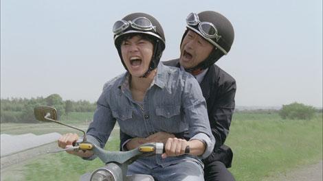 傷ついた若者と共にバイクで叫ぶ