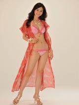 今年の水着はカラフル、ペイズリー柄が人気(写真は2011年東レ水着キャンペーンガールの西田有沙)
