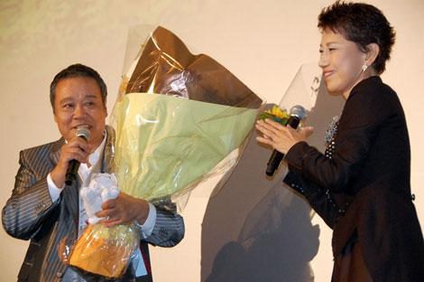 水前寺清子から花束を受け取る西田敏行 (C)ORICON DD.inc
