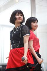 双子ユニットのtwillが『デジモン』主題歌を披露