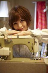 洋品店の美人店主役を演じる篠田麻里子