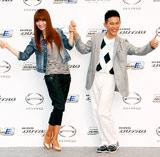新型小型トラック『日野デュトロ』新CMキャラクターに起用された(左から)新山千春、柳沢慎吾