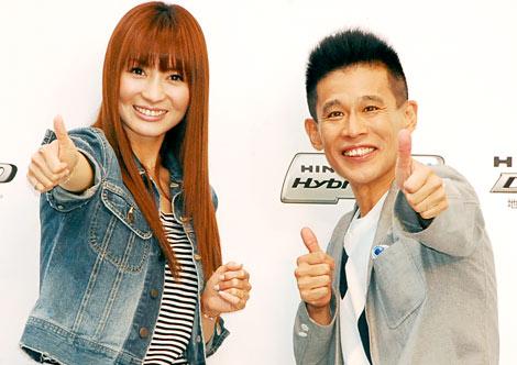 新型小型トラック『日野デュトロ』新CMキャラクターに起用された(左から)新山千春、柳沢慎吾 (C)ORICON DD inc.