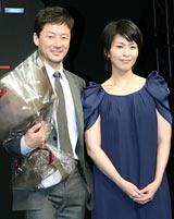 ハリウッドデビュー作『マイティ・ソー』のプロモーションで凱旋帰国した浅野忠信(左)と、会見に駆けつけた松たか子