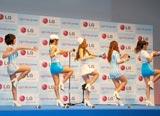 """ドコモの2011夏モデル『Optimus bright L-07C』の発売記念イベントで新ダンス""""KARAパラ""""を披露したKARA"""