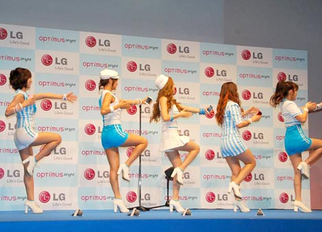 """ドコモの2011夏モデル『Optimus bright L-07C』の発売記念イベントで新ダンス""""KARAパラ""""を披露したKARA (C)ORICON DD inc."""