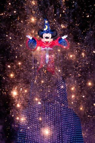 東京ディズニーリゾート、「アフター6パスポート」を1時間繰り上げ販売(写真は東京ディズニーシーで開催されている新ナイト水上ショー『ファンタズミック!』) (C)Disney