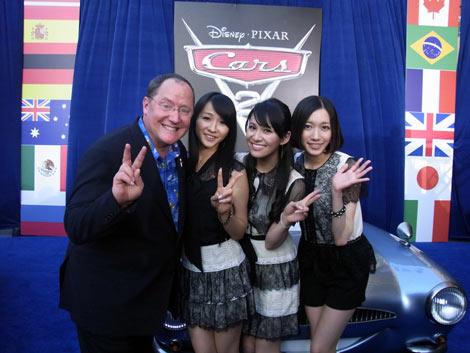 『カーズ2』のジョン・ラセター監督(左)とPerfumeの3人