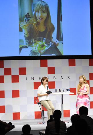 『au NEW COLLECTION 2011 SUMMER in OSAKA』に出席した谷村奈南、トークショーでは自身のプライベートショットをツイッターに投稿