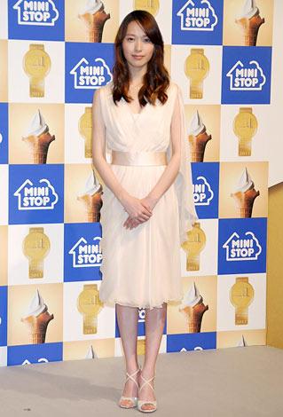 オフホワイトドレスの戸田恵梨香