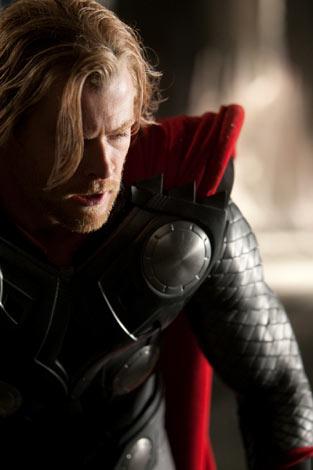 神の世界<アスガルド>で最強の戦士であったソー。しかし、強すぎるあまりその身勝手さから、神の世界を戦乱の危機に巻き込んでしまう。 映画『マイティ・ソー』 TM & (C)2010 Marvel (C)2010 MVLFFLLC. All Rights Reserved.