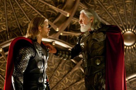 """神々の王で父であるオーディン(アンソニー・ホプキンス)はその行為に怒り、ソーの力と最強の武器""""ムジョルニア""""を奪い、地球へと追放する。 映画『マイティ・ソー』 TM & (C)2010 Marvel (C)2010 MVLFFLLC. All Rights Reserved."""