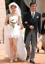 ミニのウエディングドレス姿で登場した観月ありさと父親役の遠藤憲一 (C)ORICON DD inc.