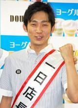 ドトールコーヒーショップの1日店長を務めた、NON STYLE・石田明  (C)ORICON DD inc.