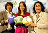ニンテンドーDS用ソフト『ぷよぷよ!!』のCM完成披露会に出席した戸田恵梨香とロッチ(左がコカドケンタロウ、右が中岡創一)