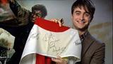 日本国旗にメッセージとサインを書き込みエールを送った主演のダニエル・ラドクリフ