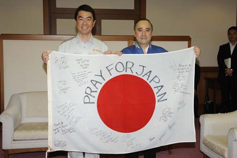 映画『ハリー・ポッターと死の秘宝 PART2』キャストの直筆メッセージが入った日本国旗を宮城県・村井知事に贈呈したウイリアム・アイアトン氏
