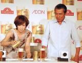 """""""美味しくなるビールのつぎ方""""を実践する(左から)辺見えみり、柳葉敏郎 (C)ORICON DD inc."""