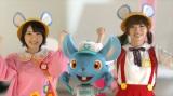 幼稚園児スタイルで踊る仲谷明香(左)と田名部生来(右)