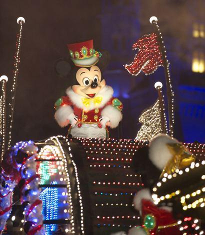 TDLでは7月にリニューアルした『エレクトリカルパレード・ドリームライツ』のクリスマスバージョンを実施(写真は昨年のもの) (C)Disney