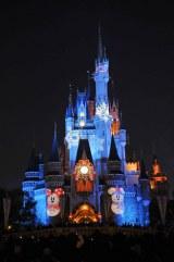東京ディズニーリゾートがクリスマス企画を発表(写真は昨年のTDL『トゥインクリング・クリスマスキャッスル  』) (C)Disney