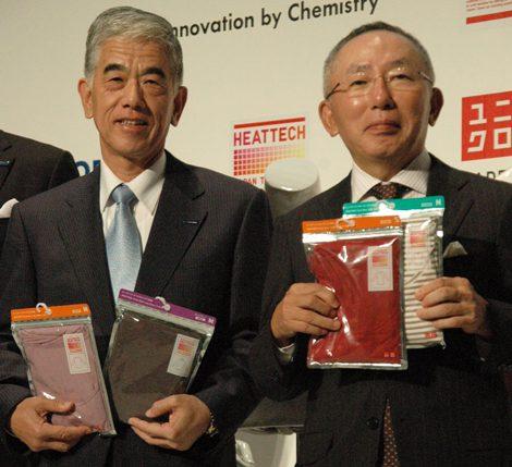 2011年『ヒートテック』共同記者会見に出席した(左から東レ・日覺昭廣社長、ユニクロ・柳井正社長)