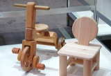『Area Aid Design Project 東北・茨城デザインプロモーション』ブースに展示されている、津山木工芸品事業協同組合(宮城県登米市)子供の椅子/木の三輪車 (C)ORICON DD inc.