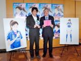(左から)高橋陽一氏、日本サッカー協会の小倉純二会長 (C)ORICON DD inc.