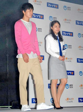 NTT西日本『フレッツ光』の新CM完成発表会に出席した(左から)小栗旬、井上真央 (C)ORICON DD inc.