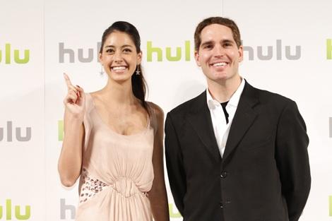 『Hulu』上陸発表会に登場した(左から)森泉、ジェイソ\ン・カイラーCEO