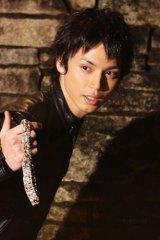 『Mobage(モバゲー)』の新CMで約8ヶ月ぶりの黒髪姿を披露する水嶋ヒロ
