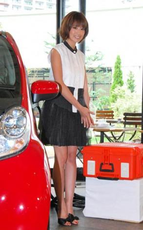 電気自動車『i-MiEV』を使い料理のデモンストレーションを行った東原亜希 (C)ORICON DD inc.
