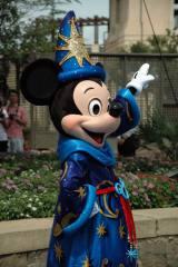 開業10周年に合わせた衣装で登場したミッキーマウス (C)ORICON DD inc.