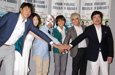 共同ラジオキャンペーン『はじめまして、ラジオです。』の制作発表に出席した(左から)青山実、小島慶子、K太郎、吉田尚記、やまだひさし、ジョン・カビラ (C)ORICON DD inc.