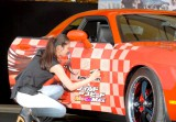 米映画『ワイルド・スピード MEGA MAX』のペイントカーお披露目会で車体にサインした武井咲 (C)ORICON DD inc.