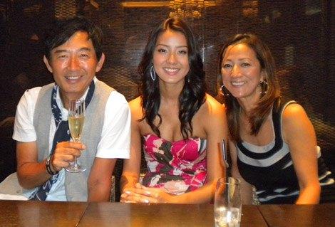 離婚以来14年ぶりの3ショット(左から石田純一、すみれ、松原千明)