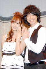 2009年7月、都内で2ショットで入籍報告会見を行った際の庄司智春と藤本美貴(C)ORICON DD inc.
