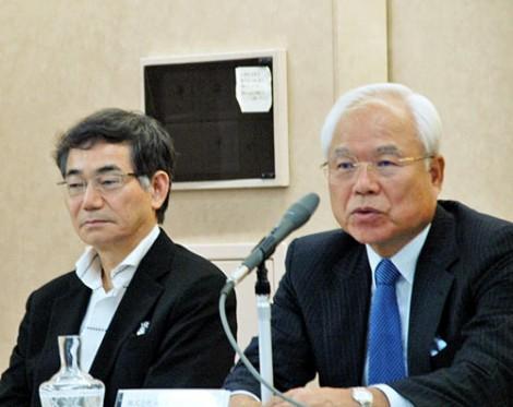 発表会に出席した(左から)ルミネ社長の花崎淑夫氏、JR東日本副社長の新井良亮氏