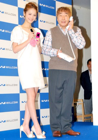 WILLCOMの2011年秋冬モデル発表会に出席した(左から)佐々木希、蛭子能収 (C)ORICON DD inc.