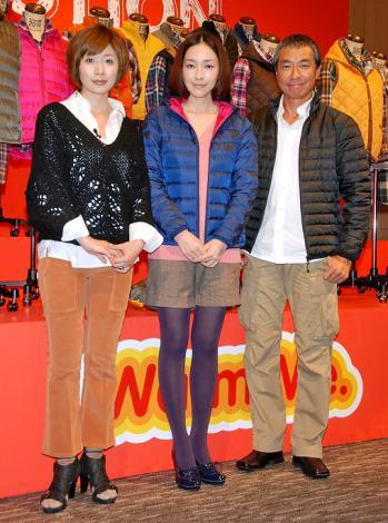 『イオン応援暖』記者発表会に出席した(左から)司会の富永美樹、麻生久美子、柳葉敏郎 (C)ORICON DD inc.
