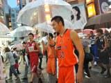渋谷センター街のメイン通り名が「バスケットボールストリート」になり、誕生記念パレードに参加したbjリーグ選手たち (C)ORICON DD inc.