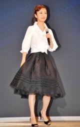 ソフトバンクモバイル新商品発表会に、『ローマの休日』をイメージした衣装で登場した上戸彩 (C)ORICON DD inc.