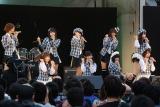 AKB48は代表曲「会いたかった」を熱唱