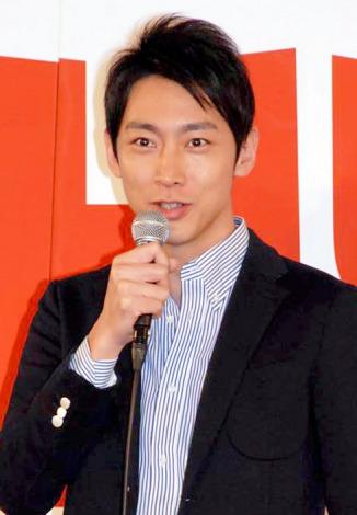 マイクを持つ小泉孝太郎。