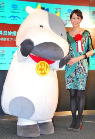 証券知識普及プロジェクト『投資の日』の記念式典に出席した内田恭子(右)とマスコットキャラクター・とうしくん (C)ORICON DD inc.