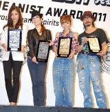 第28回『ベストジーニスト2011』を受賞した(左から)黒木メイサ、真矢みき、若槻千夏、鬼塚勝也 (C)ORICON DD inc.