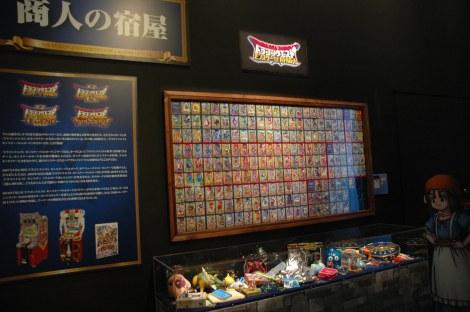 テレビゲーム史上初の本格的展覧会『ドラゴンクエスト展』、第2章「導かれし記憶」に展示されている懐かしのオフィシャルグッズ (C)ORICON DD inc.