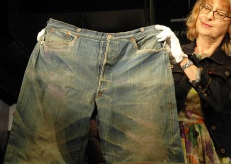 """リーバイスストア渋谷店で披露された、1879年頃に作られた""""世界最古のジーンズ""""『XXc.1879』 (C)ORICON DD inc."""