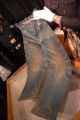 リーバイス本社のリン・ダウニーさんはジーンズの損傷部などから「カウボーイが着用していたものと思います」と語る
