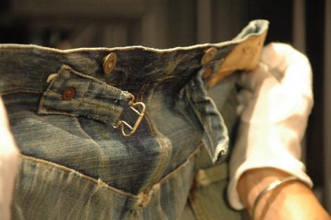"""1879年頃に作られた""""世界最古のジーンズ""""『XXc.1879』、背面ウエスト部はフィットを調節するためのシンチやサスペンダーボタンがついている"""
